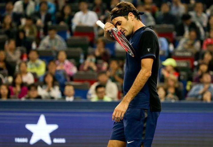 Roger Federer, número dos del mundo, se despidió en su debut en el Masters de Shangái contra  el español Albert Ramos Viñolas, que tenía un récord de 0-15 ante jugadores del top-10 del ranking. (AP)