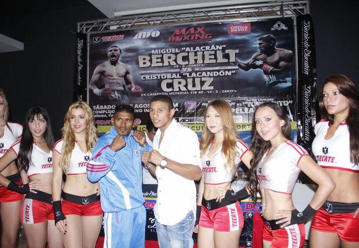 Cruz y Berchelt posaron en guardia junto con las guapas edecanes. (Juan Albornoz/SIPSE)