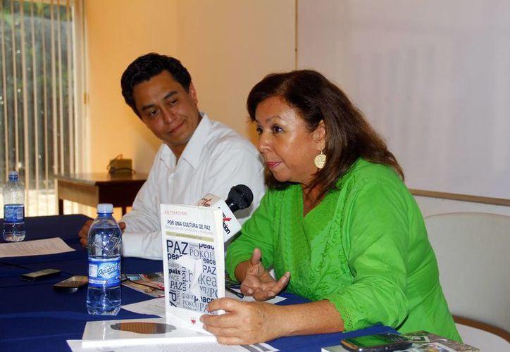 María de los Ángeles Matos González, directora de Infolaicos Mérida, y Abraham Flores Ramos, de PPC México, en conferencia de prensa. (Juan Albornoz/SIPSE)