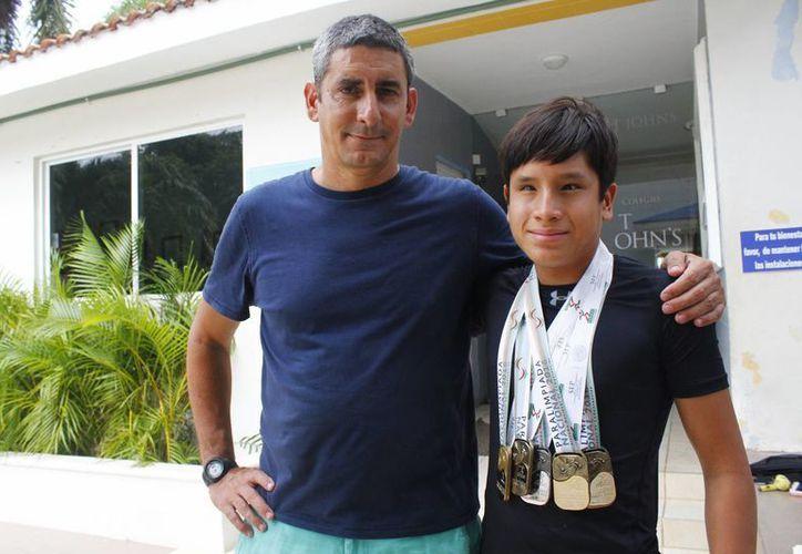 Andy Guerrero y su profesor Abel Hernández. (Ángel Mazariego/SIPSE)