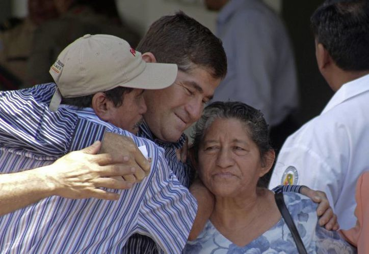 Tras su salida y abrazar a su familia, Alvarenga apareció con mejor semblante que la semana anterior. (Agencias)