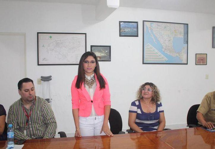 La joven Vanesa Aurora Maldonado Vera durante su presentación como reina del Día de la Marina 2014. (SIPSE)