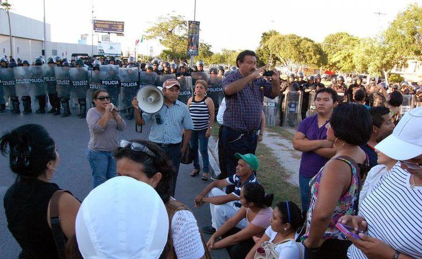 Así como bloquearon la carretera a Progreso el pasado 17 de este mes, este jueves los profesores se apostaron en la autopista Mérida-Cancún. (SIPSE)