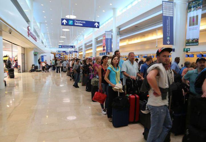 """""""Viajero Confiable"""" facilita la llegada de turistas a nuestro país por el aeropuerto. (Israel Leal/SIPSE)"""