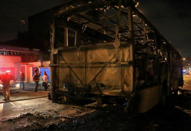 Las autoridades no descartan que la quema de autobuses sean actos aislados, aunque la primera hipótesis es que fue una reacción al partido. (EFE)