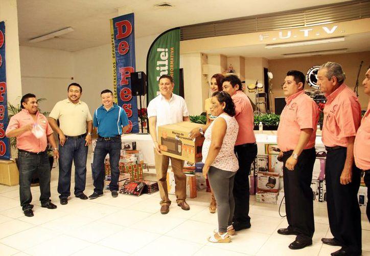 Durante el festejo navideño se sortearon diversos artículos. Imagen de la entrega de uno de los obsequios a los ganadores. (Milenio Novedades)
