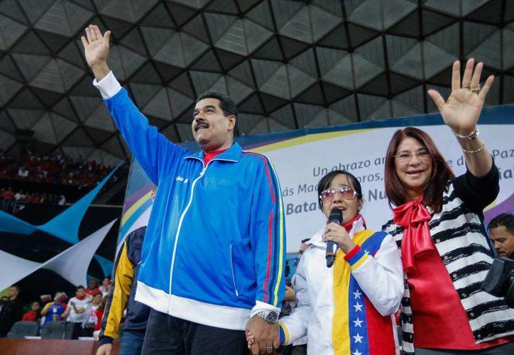 Fotografia cedida por prensa de Miraflores, de hoy jueves, del presidente de Venezuela, Nicolás Maduro, en compañía de la primera dama, Cilia Flores, en una asamblea de mujeres en Caracas, Venezuela. (EFE)