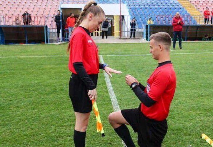 Los dos árbitros asistentes fueron lo verdaderamente relevante del encuentro de futbol en la cuarta división en  Rumania (Foto: Facebook de Asociación Española de Arbitros)