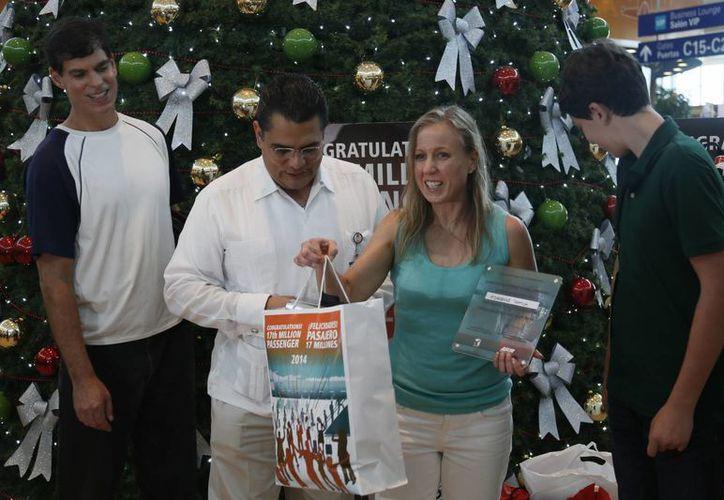 Adrienne Taptich de Edisis recibió regalos de las diferentes tiendas. (Israel Leal/SIPSE)