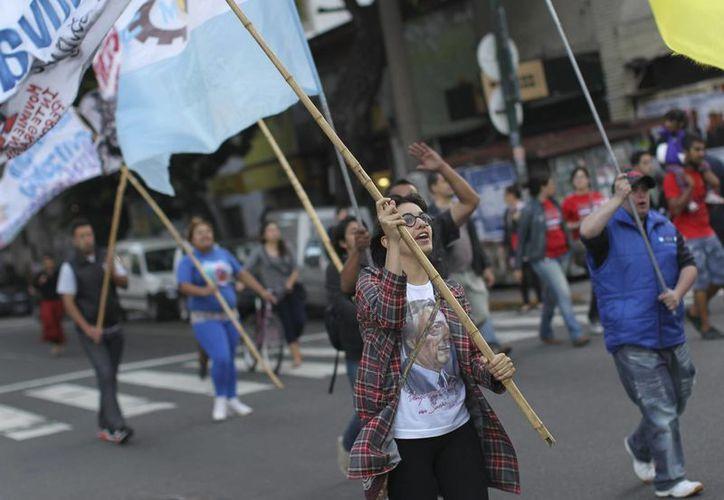 Partidarios de la presidenta Cristina Fernández festejan frente al Congreso la constitucionalidad de la Ley de Medios. (EFE)