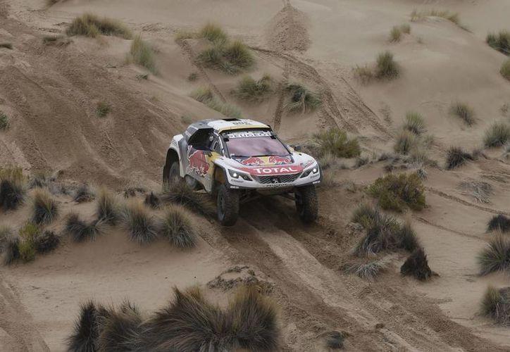 En la categoría autos, el francés Stephane Peterhansel lidera el Rally Dakar, mientras que en la clasificación de motos el británico Sam Sunderland sigue siendo el mandamás. (AP)