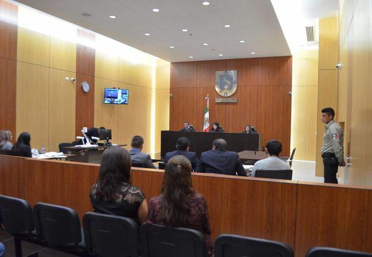 El acusado de un crimen cometido en una clínica de la vista, en Mérida, era empleado de la misma. En la foto, la audiencia de este lunes. (SIPSE)
