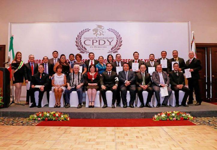 Durante el evento, se entregó la presea y el reconocimiento al 'Posgraduado del año 2017'. (Foto: Milenio Novedades)