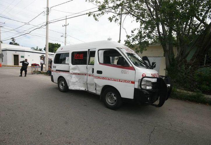 Los pasajeros lesionados de la combi fueron atendidos por paramédicos estatales. Jorge Sosa/SIPSE)