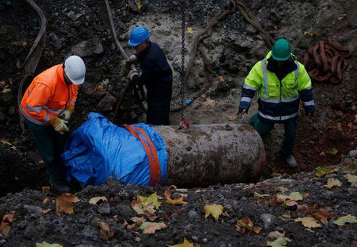 Los trabajos para desactivar la bomba continúan y las autoridades señalan que podrían concluir mañana martes. (Contexto/Internet)