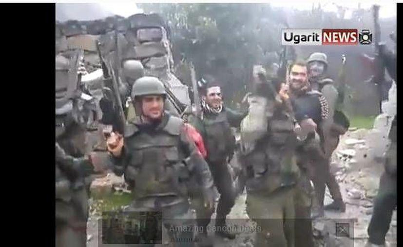 Para terminar con la fiesta, los soldados, sonrientes, disparan al aire. ( Youtube)