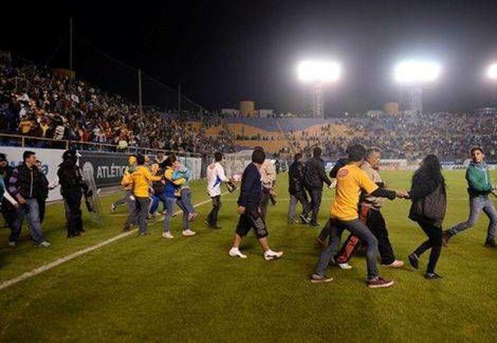 Pelea entre aficionados de Tigres y San Luis. (Milenio)