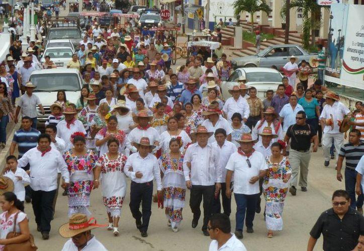 Las autoridades y organizadores de la fiesta visitaron a los diputados. (Raúl Balam/SIPSE)