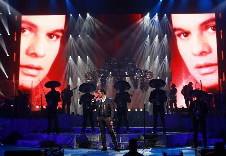 """Alejandro Fernández cantó un popurrí con temas de Juan Gabriel en el primero de los cinco """"shows"""" que dará en el Auditorio Nacional. (Notimex)"""