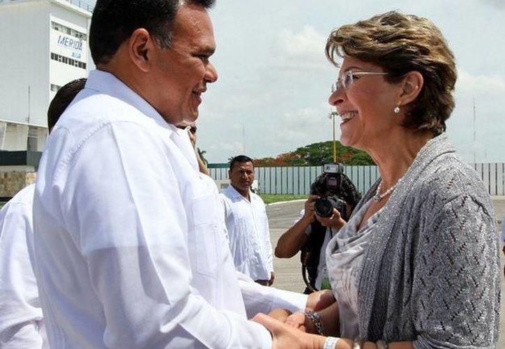 El gobernador Rolando Zapata recibió, en su primera visita a Yucatán, a la secretaria de Salud, Mercedes Juan López. (Cortesía)