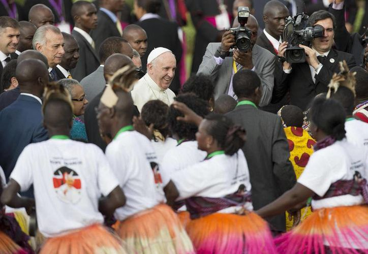 El Papa Francisco llegó a Kenia, la primera escala de su primera visita al continente africano. Fue recibido por el presidente keniano Uhuru Kenyatta y el gobernador de Nairobi, Evans Kidero, en medio de grupo de cantos y bailes tradicionales, en el aeropuerto internacional de Nairobi. (Foto AP/Ben Curtis)