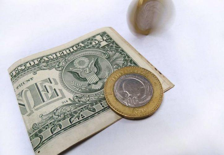En casas de cambio del AICM, el dólar registra un precio promedio de 20.96 pesos a la venta. (Archivo/SIPSE.com)