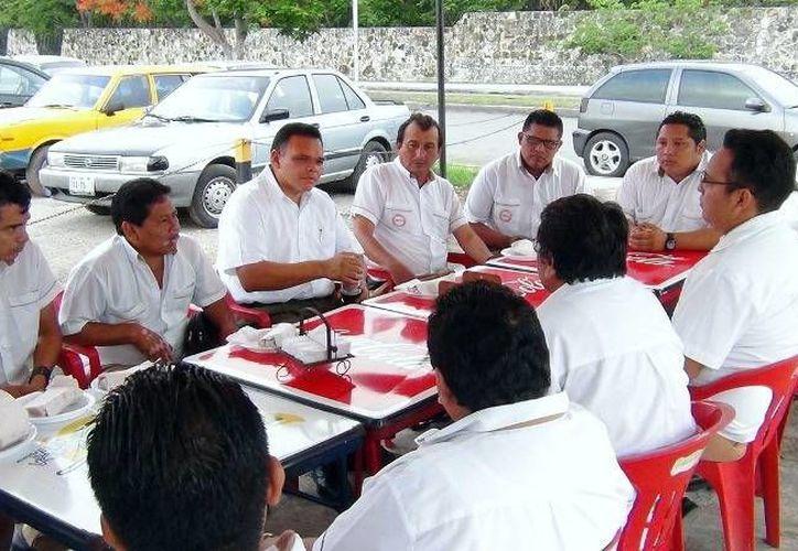 Choferes del transporte urbano desayunaron con el goberanador Rolando Zapata. (yucatan.gob.mx)