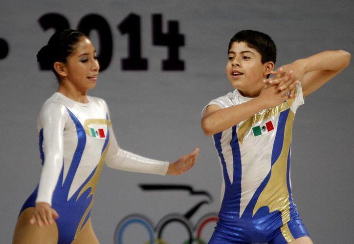 Brenda Lara y Alejandro Hernández, pareja mixta que clasifica a la ronda final de gimnasia aeróbica. (Francisco Gálvez/SIPSE)
