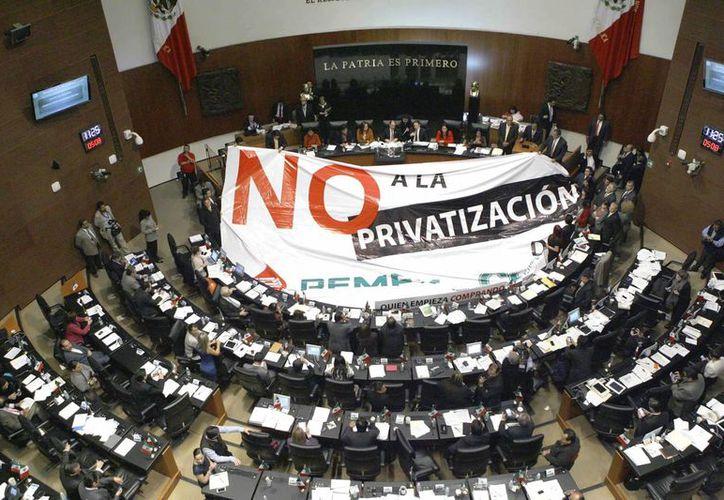 Pese a que la izquierda sostiene que sólo es necesario fortalecer a Pemex y dotarlo de mayores recursos para invertir. este jueves fue aprobada en lo general y lo particular la Reforma Energética. (Notimex)