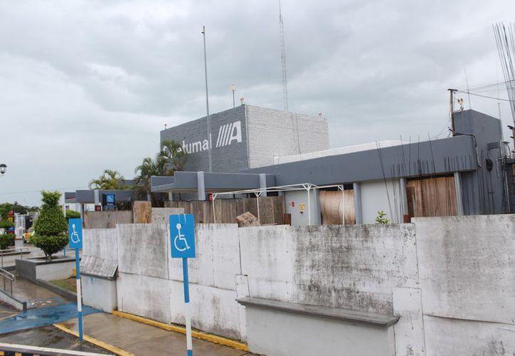 El retraso de los trabajos ha propiciado que se cierre el acceso de los vehículos particulares y taxis, los cuales tienen que estacionarse en otros espacios. (Joel Zamora/SIPSE)