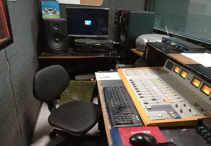 La estación de radio trabaja con consolas y micrófonos en mal estado, muebles viejos y personal al que le pagan un ingreso muy bajo. (Paola Chiomante/SIPSE)