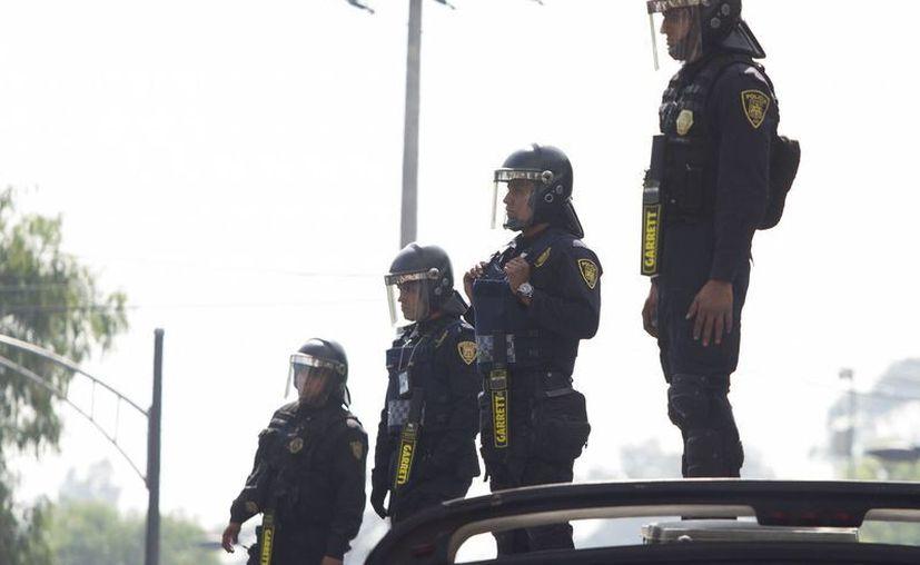 En 13 estados del país se concentran 205 de estos 300 municipios con más delitos en México. Imagen de un grupo de agentes de elementos de la Secretaría Pública de la Ciudad de México en un operativo. (Notimex)