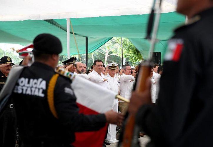 Aspecto de la ceremonia oficial de aniversario de la Constitución Política de los Estados Unidos Mexicanos, en Mérida. La presidió el secretario de Gobierno, Víctor Caballero Durán. (Cortesía)
