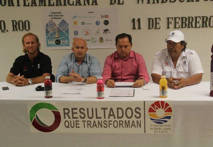 En la conferencia de prensa estuvieron presentes  Miguel Ángel Pani, presidente de la Asociación de Vela, Cristian Olivares, director de la escuela de tabla vela Puerto Cancún, José Luis González, director del Instituto Municipal del Deporte y Martín Cobos Villalobos, titular de la Cojudeq. (Redacción/SIPSE)