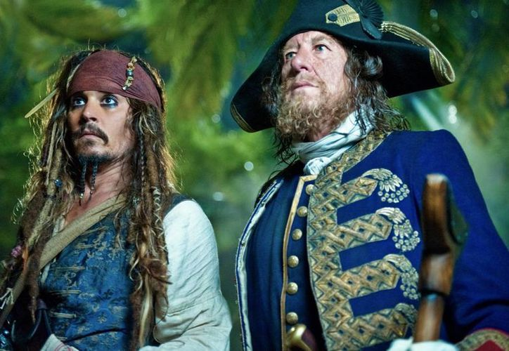 Johnny Depp (i) se lastimó mientras estaba en Australia para el rodaje de 'Piratas del Caribe 5, Muertos no cuentan historias'. (filmclub.es)