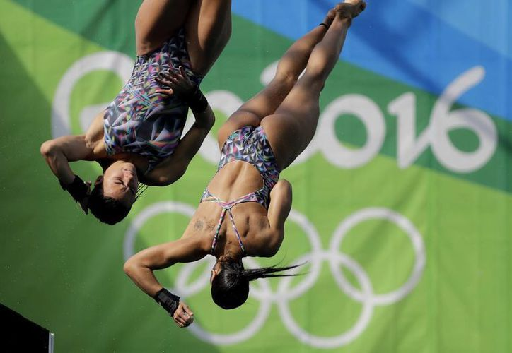 Las clavadistas brasileñas terminaron últimas en su debut desde el trampolín de 10 metros. (AP/ Wong Maye-E)