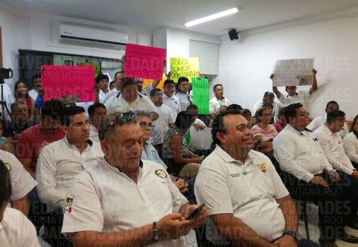 Los taxistas ingresaron a la sala de sesiones del Tribunal Electoral de Quintana Roo para estar presentes en dos juicios electorales contra la Consulta Pública. (Foto: Benjamín Pat/SIPSE).