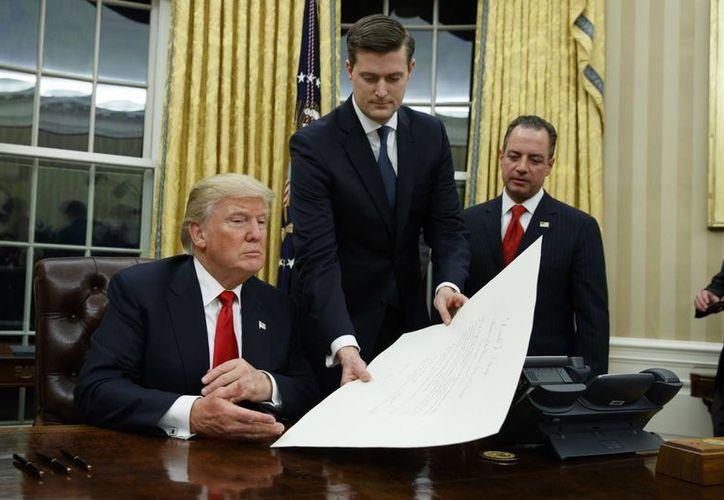 No se dieron a conocer los detalles de la orden de Trump contra la reforma sanitaria impulsada por el expresidente Obama. (AP/Evan Vucci)