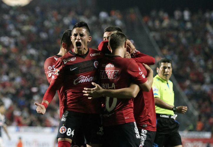 Gracias a un doblete del venezolano Juan Arango y a un gol de Dayro Moreno, Xolos de Tijuana ganó a Pachuca y conservó el liderato de la Liga MX. (Notimex)