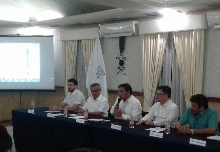 Pedro Góngora Medina (al micrófono) estará una vez más al frente de la Cámara Nacional de la Industria del Vestido (Canaive) en Yucatán, pero ahora para el período 2017-2018. (Foto: Candelario Robles/SIPSE)