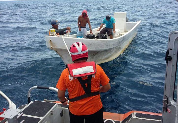 Las tres personas fueron trasladadas al muelle de la Región Naval. (Redacción)