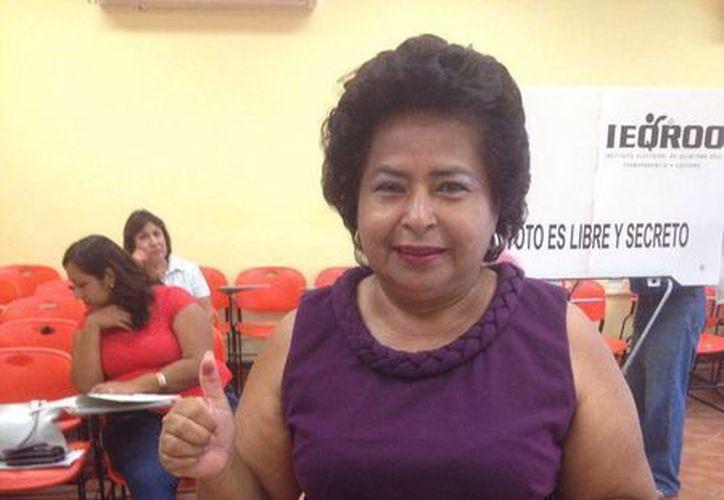 Inés López Chan, momento cuando emitió el voto. (Claudia Martin/SIPSE)