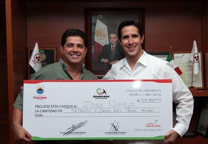 El presidente del comité organizador del torneo y el alcalde entregando el apoyo. (Cortesía/SIPSE)