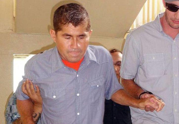 José Salvador Alvarenga en su llegada a la reunión con funcionarios y medios de comunicación. (AFP)