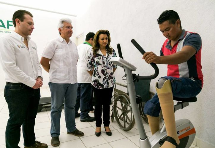 Varias personas resultaron beneficiadas este jueves con la entrega de prótesis y órtesis por parte de la Cropafy. (Fotos cortesía del Gobierno de Yucatán)