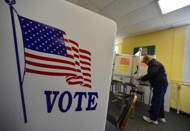 El asunto más relevante que será votado en EU es el de la marihuana recreativa. En la imagen, una mujer vota de forma anticipada en Brattleboro, Vermont, el 26 de octubre de 2016. (Foto: Kristopher Radder/The Brattleboro Reformer vía AP)