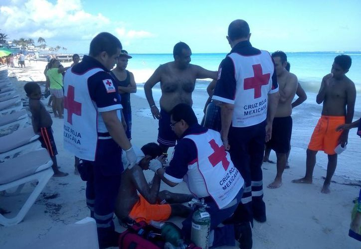 Paramédicos atendieron al joven en la playa. (Eric Galindo/SIPSE)