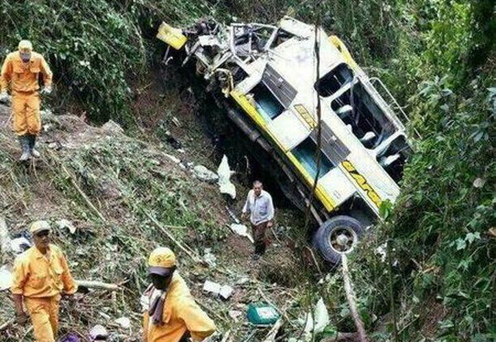 Unas 14 personas resultaron heridas por el accidente. (Twitter.comn/@LaTardecom)