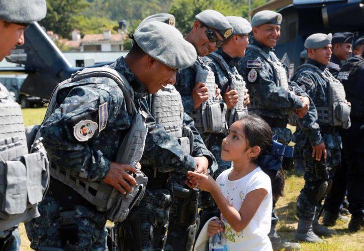 Acercamiento y convivencia de elementos de la Gendarmería Nacional con habitantes de Valle de Bravo, Estado de México. (Notimex)