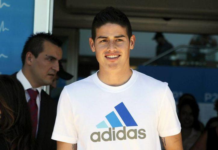 James Rodríguez al término del reconocimiento médico en las instalaciones del Real Madrid, club que ya lo fichó. (EFE)